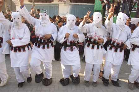 Hamas Terroristen mit Bombengürtel