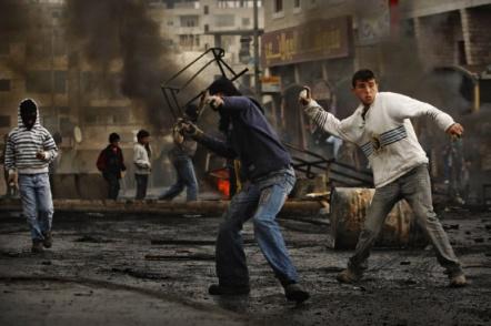Junge Palästinenser beim traditionellen Steinewerfen