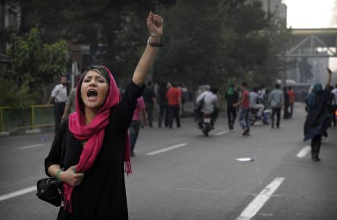 Hübsche Iranerin , bald ohne Kopftuch?