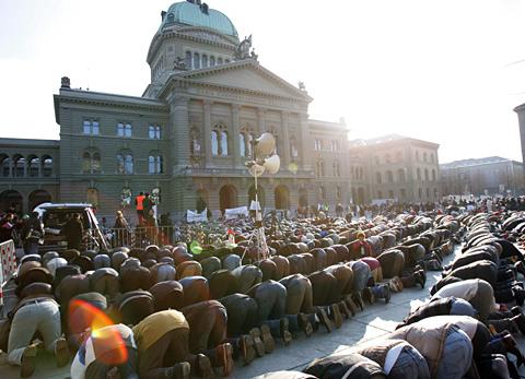 Machtdemonstration von Muslimen vor dem Bundeshaus