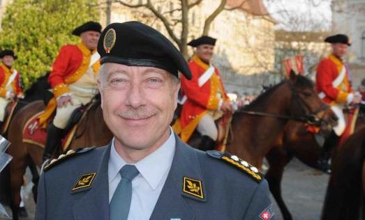 Armeechef Blattmann mit seinen Elitesoldaten (im Hintergrund)