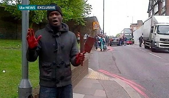 Einer der Mörder von Woolwich, mit Mordwaffen in der Hand