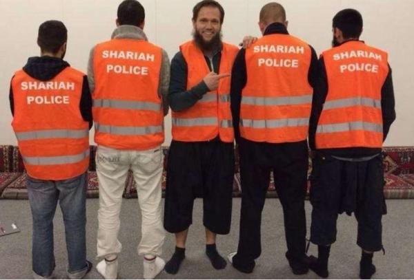 Deutsche Scharia-Polizei mit Westen, auf denen auf Englisch Scharia Polizei steht.