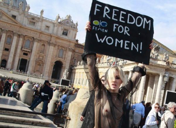 Frau zeigte sich wie Gott sie Schuf auf dem Petersplatz