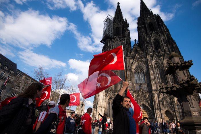 AKP-Anhänger vor dem Kölner Dom in Deutschland. Stellt euch vor, Deutsche würden so mit Deutschlandflagge oder Reichskriegsflagge vor der Hagia Sophia in Istanbul demonstrieren.