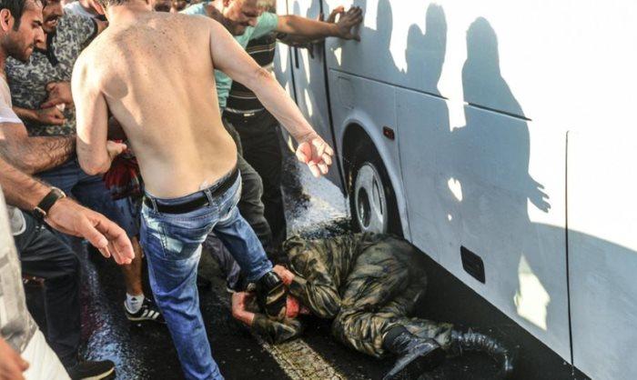 AKP-Sturmtruppen prügeln auf wehrloses Opfer ein. Es fehlen nur noch die Springerstiefel. Sieg Heil Rufe werden mit Allahu Akbar Rufen ersetzt.