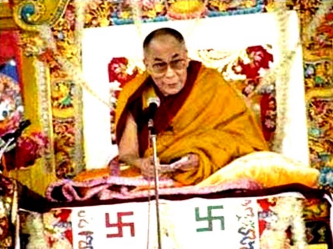 Dalai Lama mit Hakenkreuzen