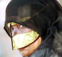 Muslima mit Gesichtsmaske
